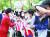 문재인 대통령과 오스트리아를 국빈 방문한 김정숙 여사가 13일 오후(현지시간) 비엔나 숙소 앞에서 교민들과 인사하고 있다. 연합뉴스