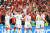 """유로2020 조별리그 최종전에서 러시아를 4-1로 꺾고 기뻐하는 덴마크 선수들과 홈 관중. """"나를 위해 꼭 이겨달라""""는 동료 에릭센의 바람대로 극적으로 16강에 진출했다. [AP=연합뉴스]"""