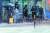 소나기가 내린 27일 오후 서울 서대문구 영천시장 인근 버스정류장에서 시민들이 갑자기 내린 비를 피하고 있다. 연합뉴스