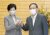 지난해 9월 23일 스가 요시히데 총리 취임 이후 처음으로 도쿄 소재 총리관저에서 만난 스가 총리(오른쪽)와 고이케 유리코 도쿄도(東京都) 지사. [교도=연합뉴스]