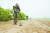 고양시 장항습지 생태공원에서 지뢰탐색 작전을 실시하고 있는 육군 9사단 공병대대 장병들. [사진 육군 9사단]