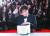 봉준호 감독이 영화 '기생충'으로 2019년 5월 25일(현지시간) 프랑스 칸에서 열린 제72회 칸 영화제에서 최고상인 황금종려상을 받은 뒤 사진 촬영을 하고 있다. [연합뉴스]