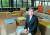 """안재현 SK에코플랜트 사장은 """"흩어져 있는 유망한 환경 기술을 엮어 주는 '연결 리더십'이 우리의 역할""""이라고 말했다. 사진 배경은 회사 로비에 마련된 개방 회의 공간. 김상선 기자"""