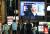 지난 7일 오후 스가 요시히데(菅義偉) 일본 총리가 신종 코로나바이러스 감염증(코로나19) 긴급사태에 관한 기자회견을 하는 모습이 일본 오사카(大阪)시 도심에 설치된 대형 스크린에 중계되고 있다.연합뉴스