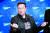 일론 머스크가 지난해 12월 독일 베를린에서 열린 시상식 레드카펫에서 익살스러운 포즈를 취하고 있다. [로이터=연합뉴스]]