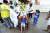 델타 변이가 확산하는 가운데 인도 뉴델리에서 지난 13일 보건 요원 이 어린이에게 코로나19 검사를 하고 있다. [AP=연합뉴스]