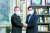 더불어민주당 대선 예비후보인 이재명 경기지사(왼쪽)가 14일 오전 국회 의원회관을 방문, 민주당 우원식 의원과 기념촬영을 하고 있다.   4선인 우원식 의원은 민생 문제 해결 등을 위해 이재명 경기지사를 공식 지지하기로 했다. 이재명 캠프 제공