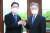 이재명 경기지사(오른쪽)와 김경수 경남지사가 지난달 17일 오전 경남 창원시 의창구 경남도청에서 열린 '경상남도·경기도·경남연구원·경기연구원 공동협력을 위한 정책 협약식'에 앞서 주먹인사를 하고 있다. 송봉근 기자