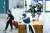 인천국제공항 제1여객터미널 입국장에서 방역당국 관계자들이 입국객들을 안내하고 있다. 뉴스1