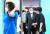이재명 경기도지사(앞줄 왼쪽)가 15일 서울 마포구 TBS 라디오국에서 진행된 '김어준의 뉴스공장' 일정을 마치고 이동하고 있다. [뉴스1]