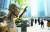서울 용산역 광장에서 시민들이 강제징용 노동자상 앞으로 지나가고 있다. 뉴스1