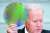 지난 4월 조 바이든 미국 대통령이 백악관에서 글로벌 반도체 업계 최고경영자들과의 회담 과정에서 실리콘 웨이퍼를 들어올려 보여주고 있다. [AP=연합뉴스]