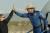세계 최고 부자이자 아마존 창업자인 제프 베이조스(오른쪽)가 20일(현지시간) 우주 관광을 마친 뒤 지구로 귀환해 로켓 캡슐에서 내리며 한 관계자와 하이파이브를 하고 있다. AP=연합뉴스