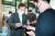 더불어민주당 대권주자인 이낙연 전 대표가 26일 오후 광주 동구 대인동 김냇과 갤러리카페에서 'MZ세대' 사무직노조와 간담회를 하기에 앞서 명함을 주고받고 있다. 연합뉴스