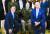 미국을 방문 중인 문재인 대통령이 5월 21일 오후(현지시간) 백악관 이스트룸에서 열린 한국전쟁 명예 훈장 수여식에서 조 바이든 미국 대통령, 랠프 퍼켓 주니어 예비역 대령 가족과 기념촬영을 하고 있는 모습. 연합뉴스