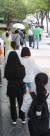 지난 28일 부산 남구보건소 선별진료소 앞에 검사를 받으려는 시민들이 줄을 서서 차례를 기다리고 있다. 송봉근 기자