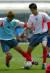 2002년 월드컵을 앞둔 대표팀의 경주 훈련 캠프. 김남일(왼쪽)이 연습생 여효진과 볼을 다투고 있다. 중앙포토