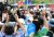 윤석열 전 검찰총장이 3일 오후 서울 은평구 응암역 앞에서 국민의힘 당원 가입을 독려하는 홍보 활동을 하며 지지자들에게 인사하고 있다. 국회사진기자단
