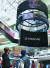 LG전자는 2018년 인도 델리 최대 쇼핑센터인 엠비언스몰에 55인치 올레드 사이니지 63장을 활용해 가로 5m, 높이 8m 크기의 사이니지를 설치했다. 인도 델리 최대 쇼핑센터인 엠비언스몰 바산트군즈에서 쇼핑객들이 LG 올레드 사이니지 조형물을 감상하고 있다. [사진 LG전자]