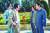 영화 '모가디슈'에서 한신성 대사를 연기한 김윤석(왼쪽 둘째). 강신성 전 소말리아 대사가 모델이다. [사진 롯데엔터테인먼트]