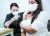3일 서울 용산구청에 마련된 백신예방접종센터에서 한 외국인이 백신을 접종하고 있다. 이날 누적 1차 접종자는 오전 10시20분 기준으로 2000만4714명을 기록했다. [뉴스1]