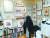 조영남씨의 자택 안방의 사방 벽을 가득 채운 인물 사진 액자들. 일종의 인물 벽화다. [사진 조영남]