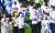 지난 8일 일본 도쿄 신주쿠 국립경기장에서 열린 폐회식에 참가한 한국 선수단이 태극기를 흔들고 있다. [연합뉴스]