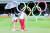 도쿄올림픽에서 김효주가 퍼팅 연습을 할 때 우산으로 그늘을 만들어준 박세리 감독. [연합뉴스]
