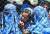 아프간 여성들이 지난 4월 국제사회가 보내온 구호품을 받기 위해 줄을 서고 있다. 탈레반이 아프간을 다시 손에 넣으면서 이들은 글을 읽고 쓸 권리조차 또다시 박탈당하게 됐다. 로이터=연합뉴스