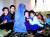 한비야씨가 1995년 헤라트 첫 방문 당시 부르카를 입고 현지 아이들과 함께한 모습. [사진 한비야]