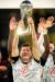 독일 수퍼컵 우승 트로피를 들어올리는 뮌헨 공격수 레반도프스키. [EPA=연합뉴스]