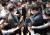 서울경찰청 7?3 불법시위 수사본부 관계자(왼쪽)가 18일 서울 중구 정동 민주노총에서 양경수 위원장에 대한 영장집행을 시도, 이를 막아서는 민주노총 관계자와 이야기를 나누고 있다. 연합뉴스