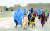 지난 8일 아프가니스탄 서부 헤라트의 난민시설에 머무르고 있는 여성과 어린이들. [EPA=연합뉴스]