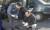 1999년 11월 5일 제주경찰서 형사과 관계자들이 이모 변호사 피살사건이 발생한 제주시 삼도2동 제주북초 북쪽 삼거리에 세워진 승용차에 대해 감식하고 있다. [한라일보제공=연합뉴스]