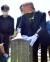 김종인 전 국민의힘 비상대책위원장이 19일 오전 광주 북구 운정동 국립5ㆍ18민주묘지를 참배한 뒤 박현숙 열사묘역을 살펴보고 있다. 김 전 위원장은 지난해 8월19일 무릎을 꿇고 참배한 이후 1년만에 광주 5ㆍ18묘역을 다시 찾았다. 뉴시스