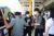 지난 18일 제주 장기미제 변호사의 살인교사 혐의로 김모씨(검은색 모자)가 제주국제공을 통해 압송되고 있다. 최충일 기자