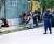 아프가니스탄 수도 카불에서 탈레반이 시민들에게 총을 겨누고 있다. 트위터 영상 갈무리