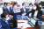 19일 오후 서울 여의도 국회 문화체육관광위원회 전체회의에서 국민의힘 의원들이 언론중재법 개정안 통과시키려는 도종환 위원장에게 항의하고 있다. 임현동 기자