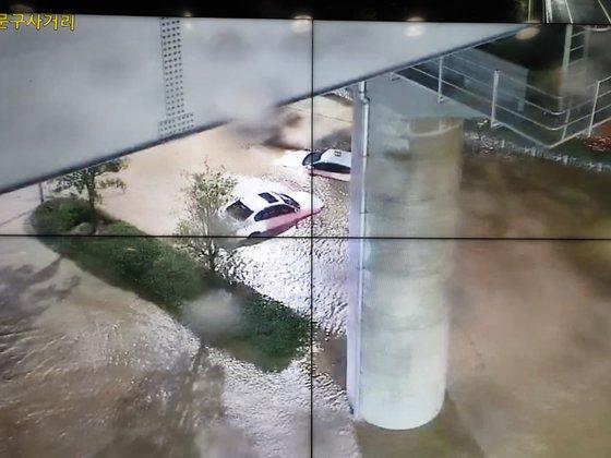 24일 새벽 부산 연제구 남문구 사거리가 침수돼 차량이 잠겨있다. 사진 부산경찰청 CCTV=연합뉴스
