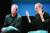 스티브 잡스(오른쪽)이 애플을 창업한 1대 황제라면 팀 쿡(왼쪽)은 애플을 수성한 2대 제왕이다. 사진은 2010년 기자회견 장면. 약 1년 뒤 잡스는 사망했다. 로이터=연합뉴스