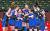 김연경(가운데)을 비롯한 여자배구 대표팀이 지난달 31일 일본 도쿄 아리아케 경기장에서 열린 도쿄올림픽 조별리그 4차전 일본과의 경기에서 세트 스코어 3-2로 극적인 승리를 거둔 후 서로 얼싸안고 기뻐하고 있다. [올림픽사진공동취재단]