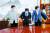 윤호중 더불어민주당 원내대표(왼쪽)와 김기현 국민의힘 원내대표(오른쪽)가 29일 국회에서 열린 여야 원내대표 회동에 앞서 기념촬영을 준비하고 있다. 가운데는 박병석 국회의장. 이날 열린 여야 지도부 회동에서는 언론중재법을 포함한 쟁점 법안을 협의했다. [뉴스1]