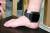 2018년 9월 6일 오후 서울 동대문구 서울보호관찰소에서 법무부 관계자가 새로 개발된 일체형 전자발찌를 시연하고 있다.  일체형 전자발찌는 휴대전화 유기로 인한 위치추적 불가 문제를 일소했고, 스트랩 내 금속 삽입물의 두께를 3배 보강해 훼손은 어렵게 개선했다. 뉴스1