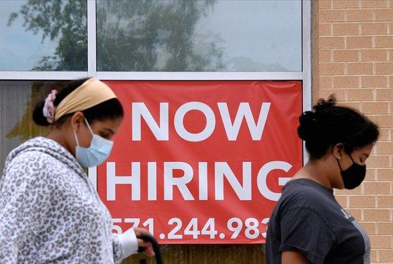 지난달 16일 미국 버지니아주 알링턴의 한 상점에 '직원 구함' 이란 안내 팻말이 걸려 있다. [AFP=연합뉴스]