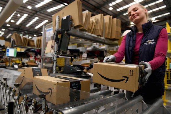 지난 2019년 영국 피터보로의 한 아마존 배송센터에서 직원이 분류 작업을 하고 있다. [AFP=연합뉴스]