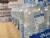 이마트 수색점에서 판매 중인 무 라벨 아이시스. 뒤쪽에 보이는 라벨 생수통과 달리 재활용 등급 '최우수'로 평가 받았다. 편광현 기자