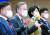 이재명 경기지사(왼쪽에서 두번째)가 6일 원주시청에서 강원 지역 발전 공약을 발표하고 있다. [뉴스1]