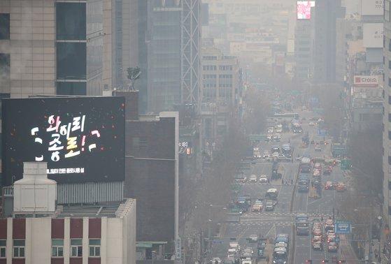 지난해 12월 23일 서울 종로 거리가 연무로 덮여 온통 희뿌옇게 보인다. 연합뉴스