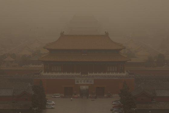 지난 3월 15일 중국 베이징 시내 자금성이 황사 먼지로 뒤덮였다. EPA=연합뉴스