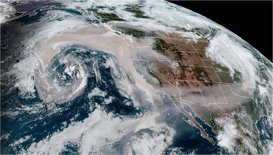 2020년 9월 12월 미 해양대기국(NOAA GOES-West) 인공위성이 촬영한 미국 서부의 산불 연기. 세계기상기구(WMO).